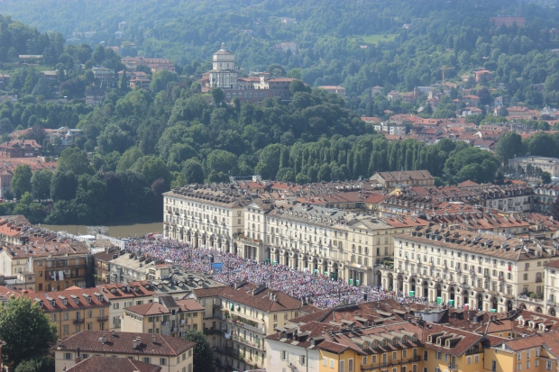 Piazza Vittorio Veneto filled with worshippers